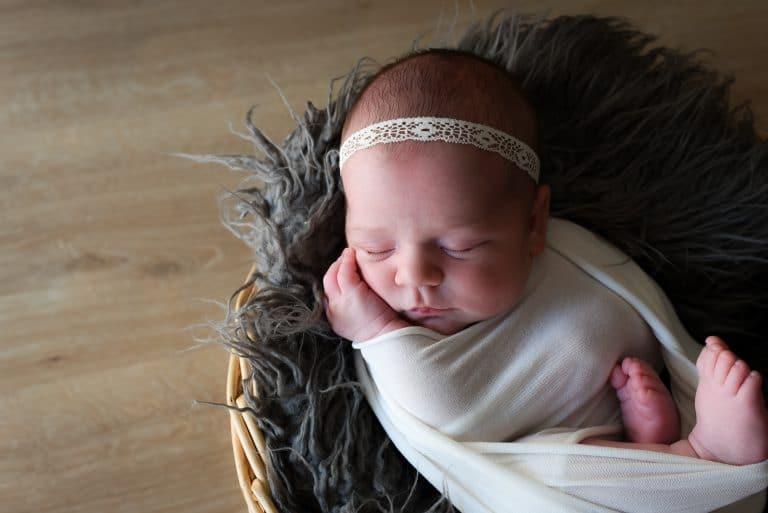 bébé emmailloté panier fourrure grise bandeau dentelle blanche