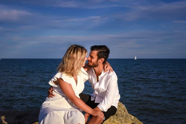couple plage regard enlacés amoureux