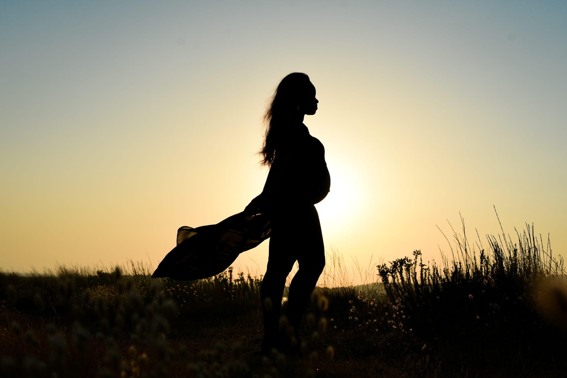 grossesse golden hour contre jour silhouette