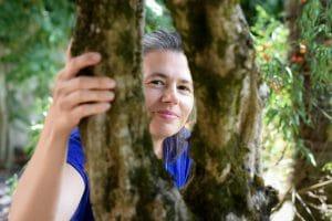 portrait femme arbre trou tronc