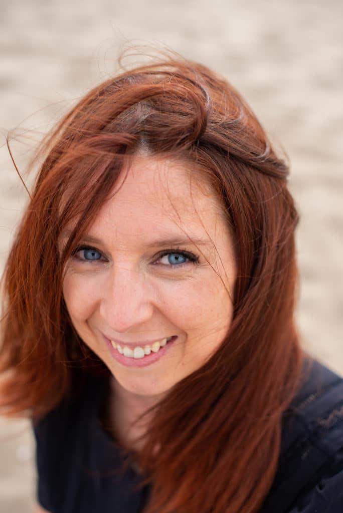 portrait femme yeux bleu cheveux roux lisses