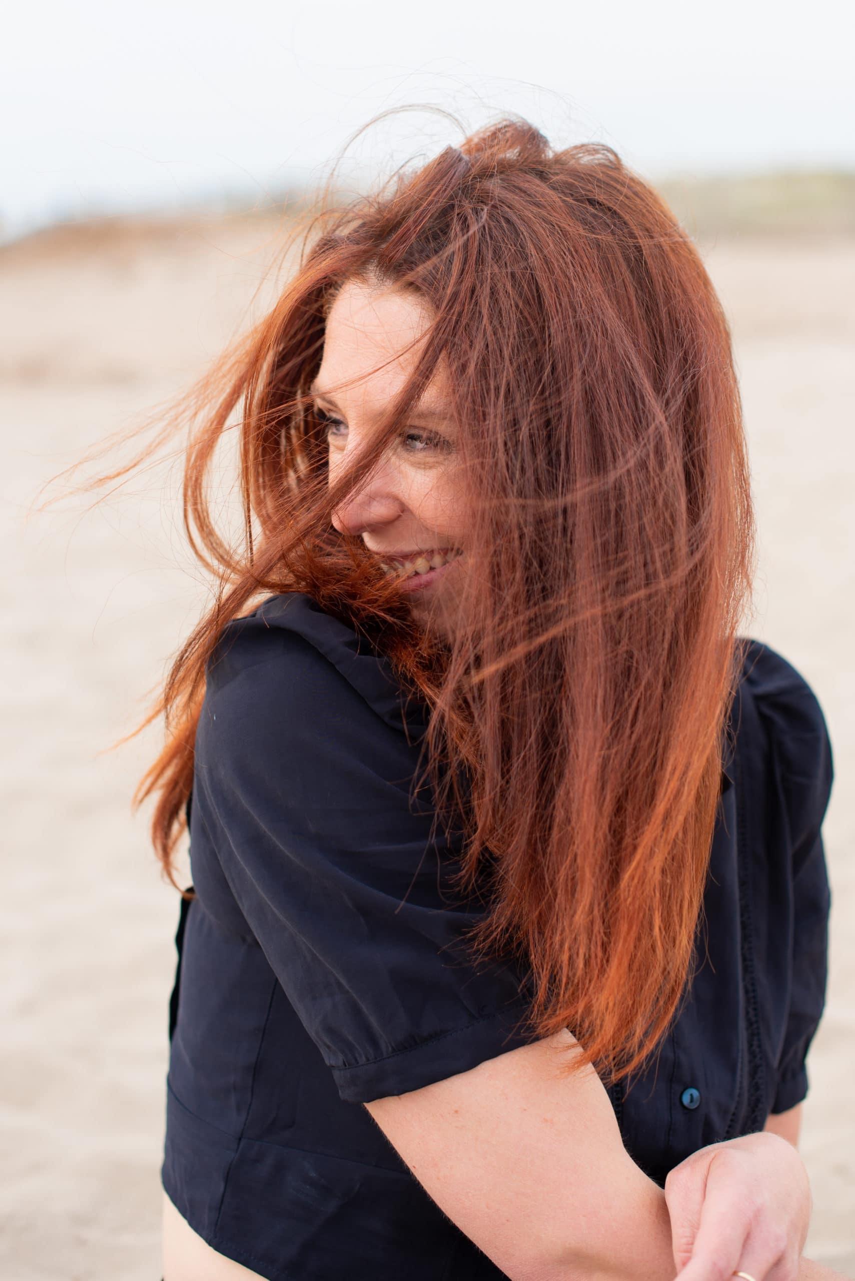 femme portrait vent dans cheveux rire noir et blanc