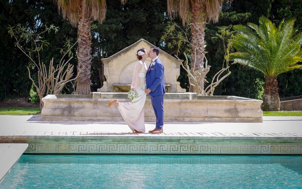 mariage piscine mariés palmiers