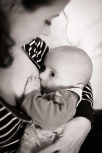 bébé allaité noir et blanc mèche cheveux