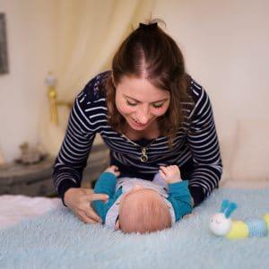 bébé allongé lit sourires conversation maman