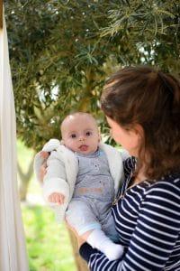 bébé bras maman extérieur couleur gilet moumoute