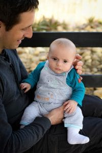 bébé genoux papa extérieur couleur