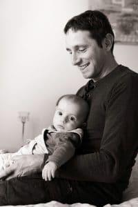 bébé genoux papa noir et blanc