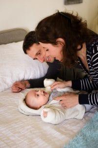 bébé lit parents penchés dessus couleur