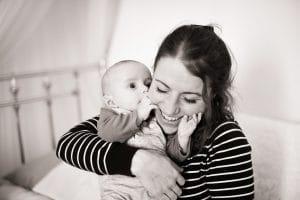 Bisou baveux bébé joue maman