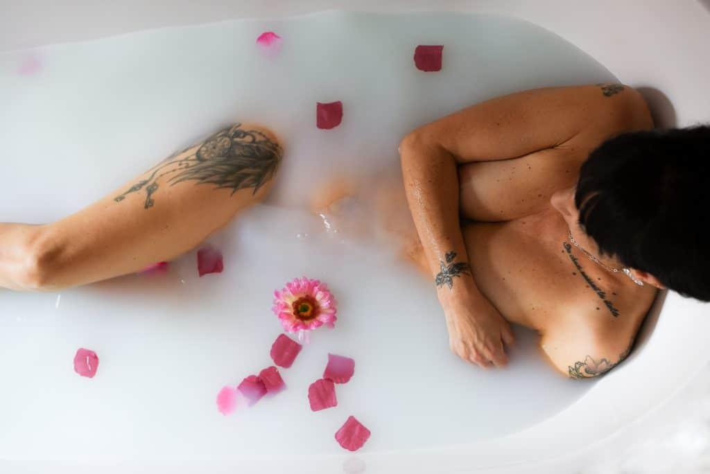 boudoir bain de lait rose fleur tatouage