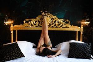 boudoir doré jambes tatouage lit dorures