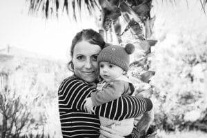 câlin bébé maman noir et blanc palmier