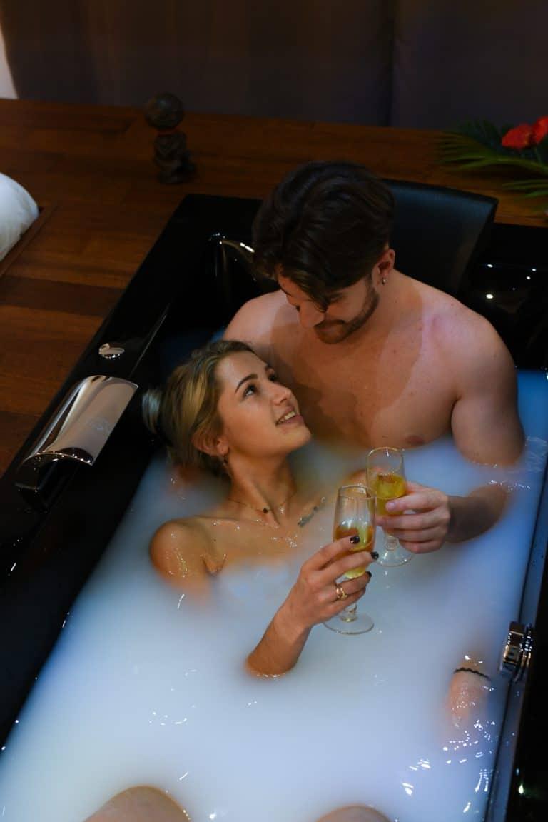 couple bain de lait coupe champagne regard
