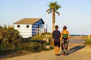 couple plage Gruissan dos palmier cabane ombre