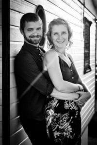 couple sourire noir et blanc chalets Gruissan Aude