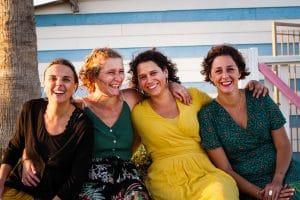 groupe filles femmes couleur Gruissan
