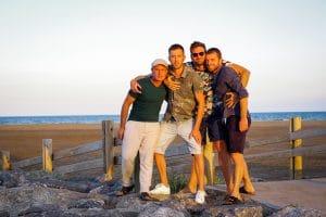 groupe hommes plage coucher soleil Gruissan