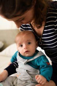 maman bébé regard salopette grise