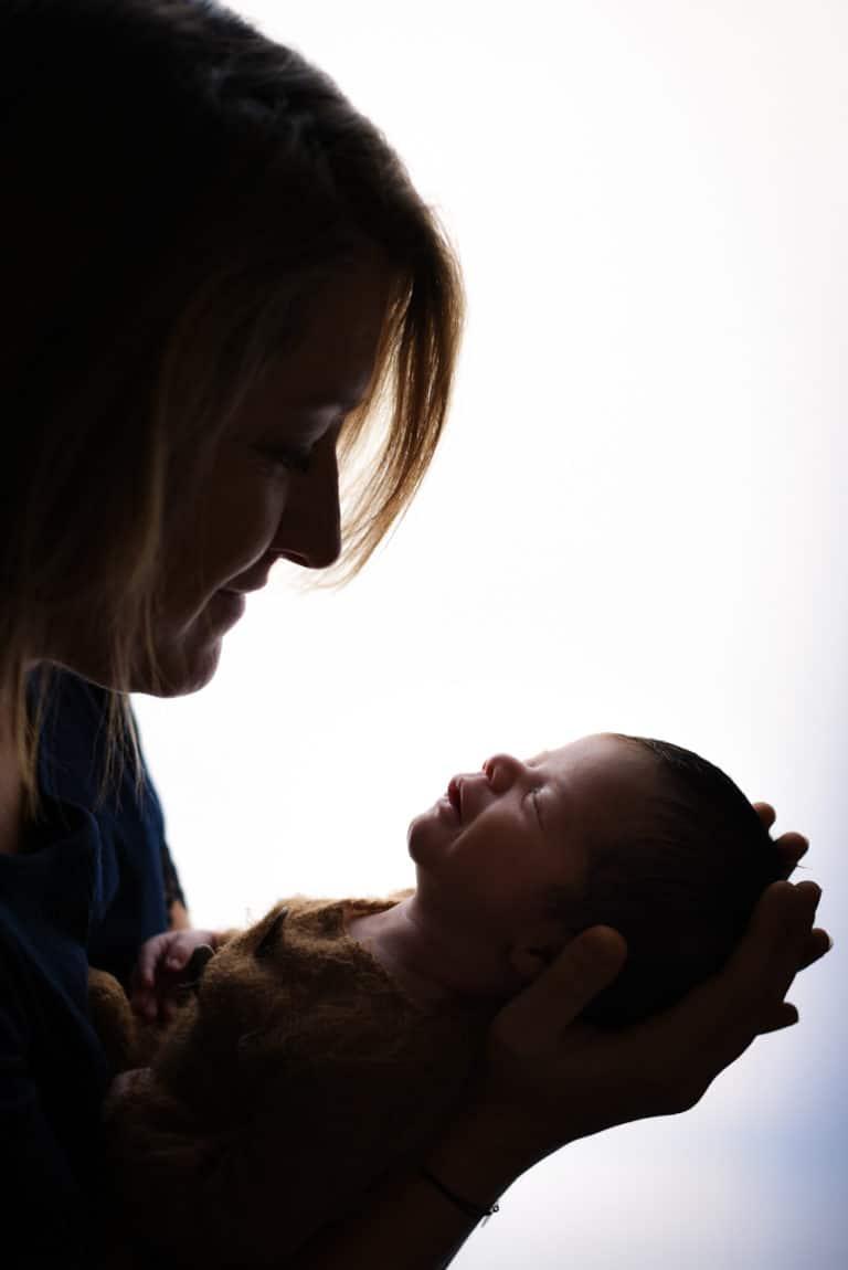 maman avec son bébé qui sourie à contre jour