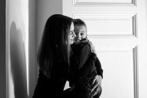 maman enfant devant porte ombre noir et blanc