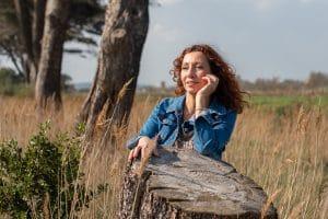 portrait femme rousse herbe sèche veste jean