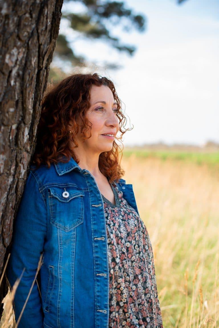 portrait tronc veste jean bleu femme rousse