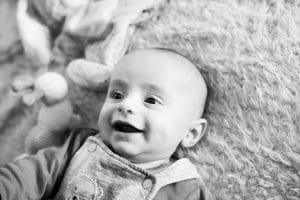 sourire noir et blanc bébé