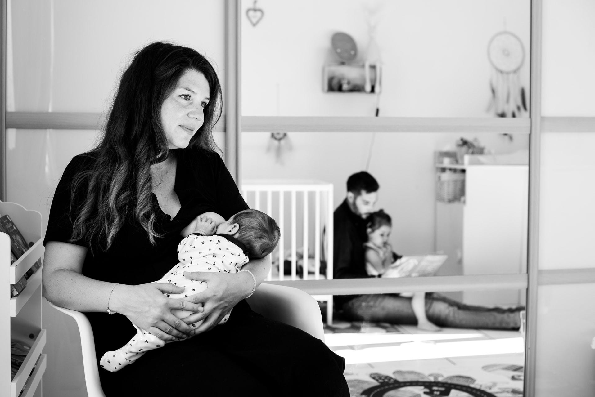 famille maman bébé reflet papa noir et blanc
